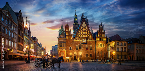 Fototapeta Wroclaw central market square with old houses, Town Hall and sunset, horse and carriage. Panoramic night view, long exposure.  Historical capital of Silesia, Wroclaw (Breslau) , Poland, Europe. obraz