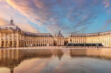Place De La Bourse Et Un Tramway Qui Passe Depuis Le Miroir D'eau à Bordeaux En Gironde, En Nouvelle-Aquitaine, France