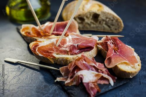 Cuadros en Lienzo Aperitivo de jamón ibérico y pan tostado