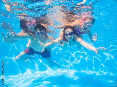 Obraz family  in swimming pool - fototapety do salonu