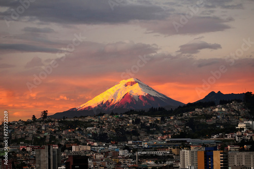 Fotografía Amancer en Quito con el volcán Cotopaxi al fondo.
