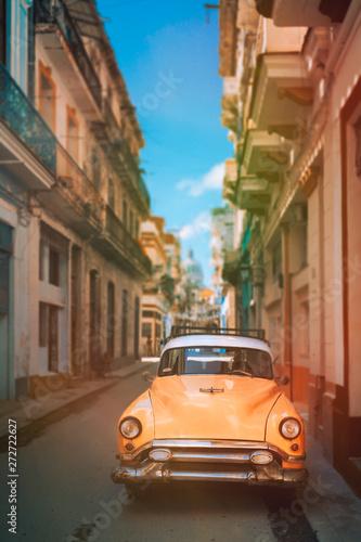 Photo Antique car on a narrow street in Old Havana