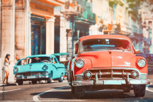 Foto auf AluDibond Oldtimer Urban scene with antique cars in Havana