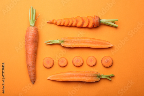 Fotografia Flat lay composition with fresh carrots on color background