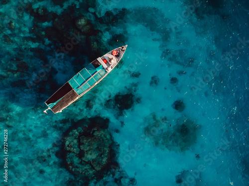 Foto auf AluDibond Blau türkis Tour boat in blue ocean near Gili island. Aerial view.
