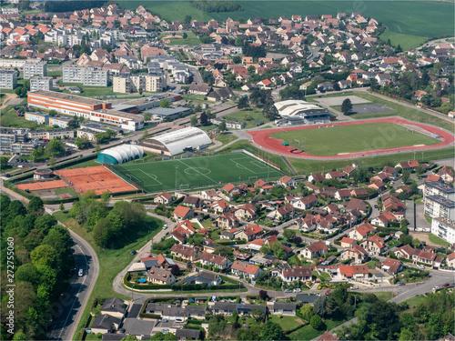Obraz na plátně vue aérienne de la ville de Gisors et son stade dans l'Oise en France
