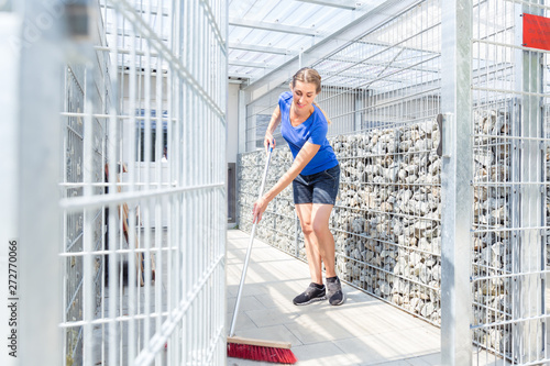 Zookeeper cleaning dog cage in animal shelter Fototapete