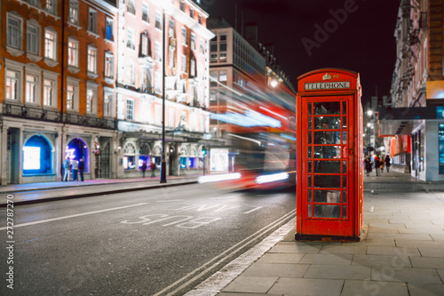 Türaufkleber London roten bus Light trails of a double decker bus next to the iconic telephone booth in London