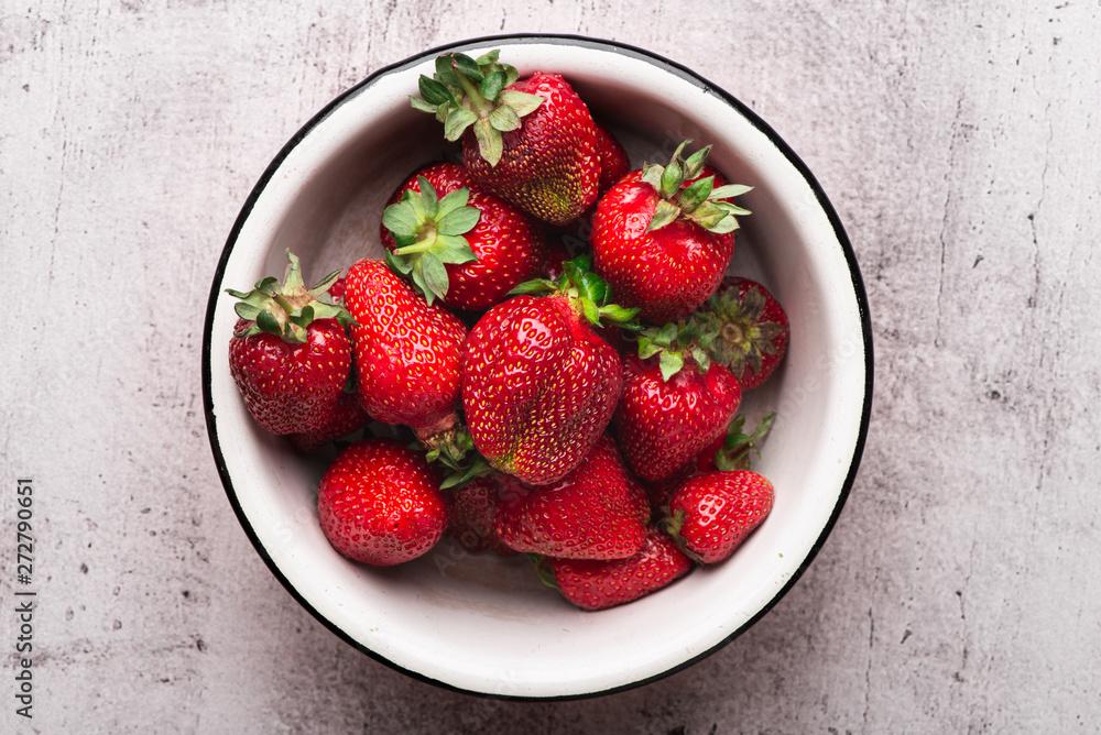 Fototapety, obrazy: A bowl full of fresh organic strawberries, top view