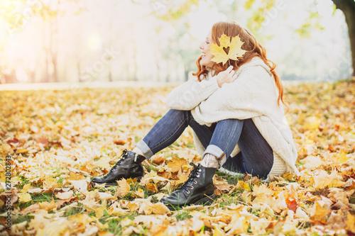 rothaarige Frau in der Natur mit Ahornblättern Canvas-taulu