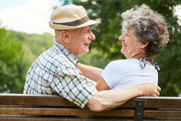 Senioren Paar beim Kennenlernen im Park