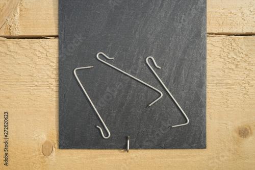 Schieferdecker Einschlaghaken befestigt Schieferdachstein auf Nadelholz