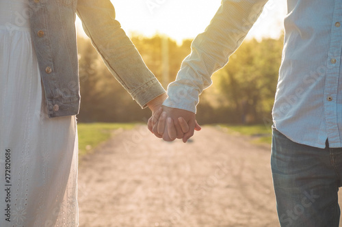 Canvas Print A young couple spends time together outdoors