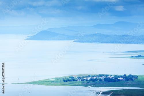 Foto  Aerial view of Nam Phong lake village on rainy morning.