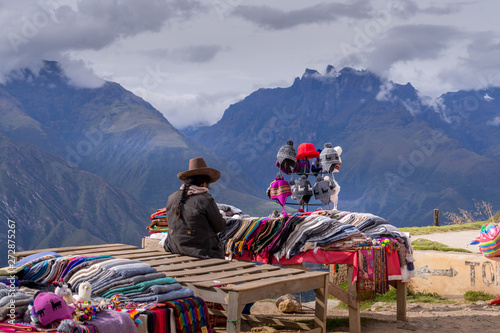 Photo Peruvian women selling colorful hats and scarfs on the scenic and popular viewpoint