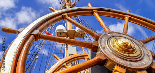Foto auf AluDibond Schiff close up of an steering wheel