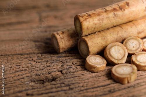 Foto fresh burdock root or Gobo on wooden background