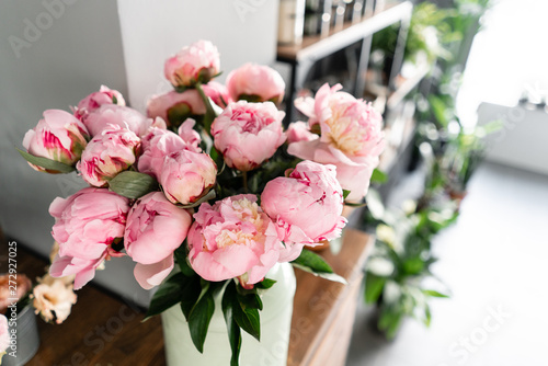 Poster Fleur The counter of the flower shop. Pink peonies in a metal vase. Beautiful peony flower for catalog or online store. Floral shop concept . Beautiful fresh cut bouquet. Flowers delivery