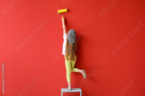 mata magnetyczna Cute little girl painting wall in room