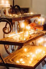 płonące świece katedry stoją złote zdarzenie religii