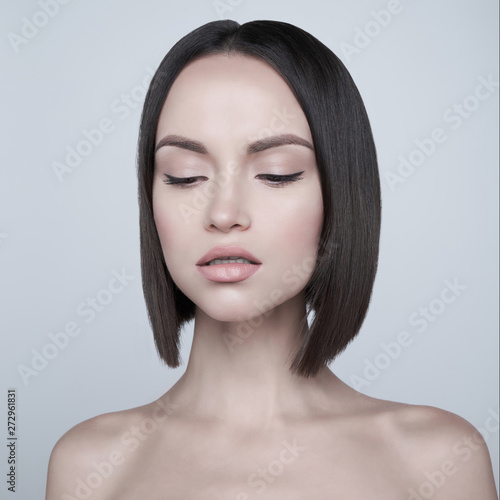 Fotobehang womenART Fashion beautiful brunette with short haircut. studio portrait