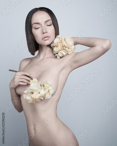 In de dag womenART Fashion art photo of elegant nude model with the summer flowers