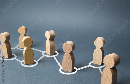 Fotografía  Chain of people figurines connected by white lines