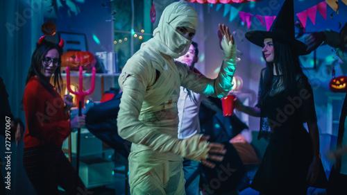 Fotografia Halloween Costume Party: Old Skinny and Bandaged Mummy Dances