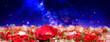 Leinwandbild Motiv 赤いポピーの花畑と天の川の見える夜空