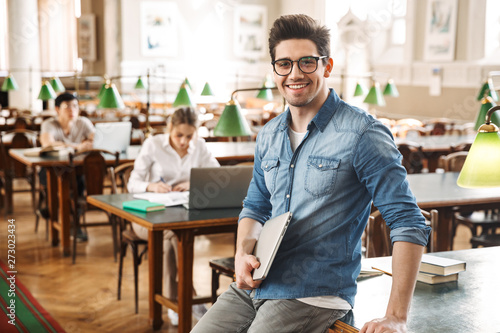 Foto Smiling male student studying
