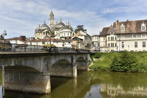 Fotografia  Le Pont des Barris et l'imposante cathédrale St-Front au centre historique de Pé