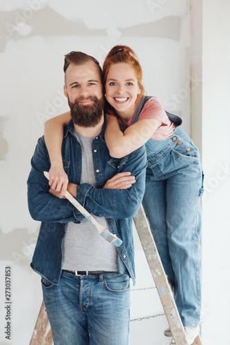 glückliches paar renoviert die wohnung Poster Mural XXL