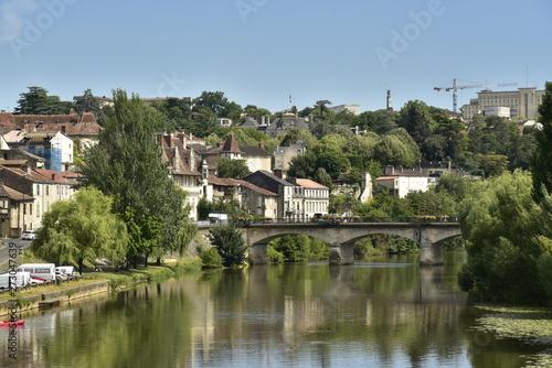 Papel de parede  L'Isle et le pont de Barris dans la vallée verdoyante urbanisée à Périgueux en D