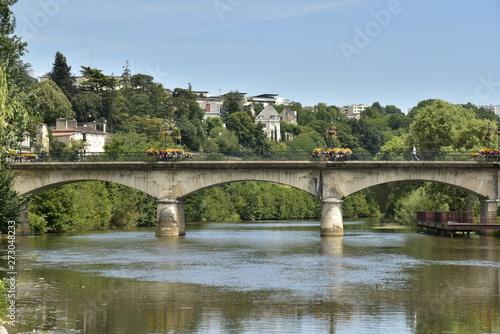 Tela  Les arches du pont des Barris traversant l'Isle dans la vallée verdoyante à Péri