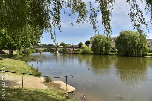 Fotografia  L'un des accès au bord de l'Isle et le pont des Barris à Périgueux en Dordogne