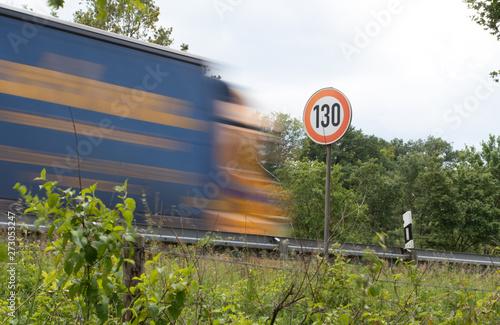Fotografia  Tempo 130, Straßenschild mit LKW, Autobahn