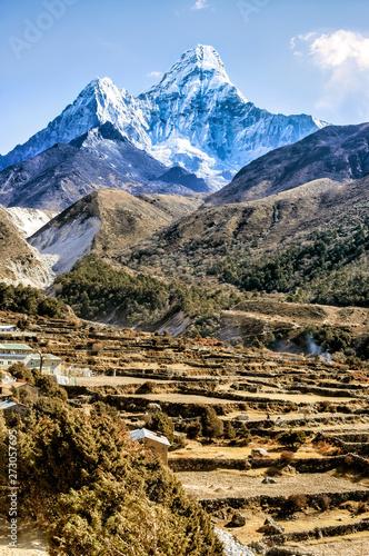 Fototapeta  Scenic valley and Ama Dablam peak on the trek between Tengboche and Dingboche, Nepal