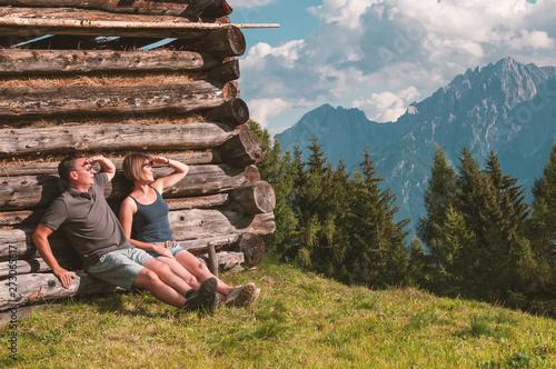 Fotografia  Young couple enjoying view in the Austrian Alps