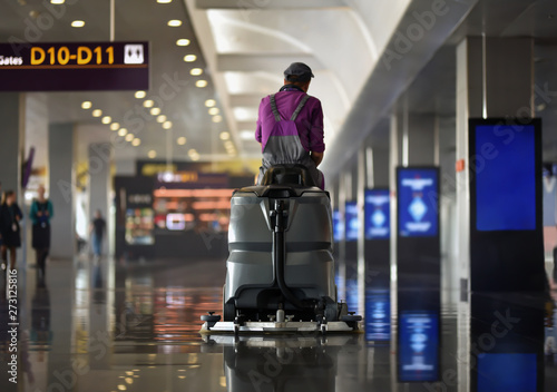 Fotografia, Obraz machine of floor scrubber with cleaner man in airport