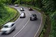 Autos fahren durch eine Kurve