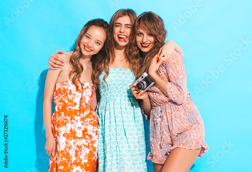 Photographie  Three young beautiful smiling hipster girls in trendy summer casual dresses