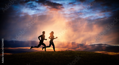 Foto  Young couple run together on a sunset
