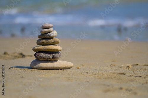 Photo sur Plexiglas Zen pierres a sable Zen stones balanced on the beach