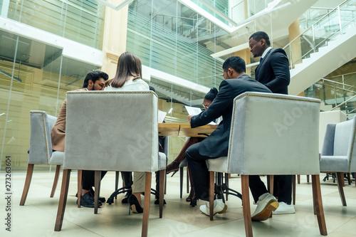 Fotomural  well-dressed business afro american men making a report to subordinate employees