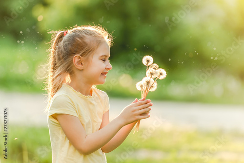 Poster Ecole de Danse Cute little girl collecting flowers