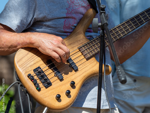 playing electric guitar at an open-air concert Fototapet