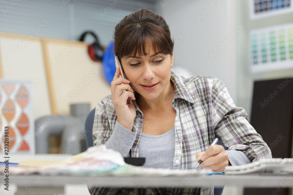 Fototapety, obrazy: working woman on telephone