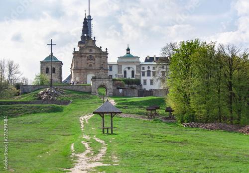 Fototapeta Klasztor i bazylika Świętego Krzyża na Łysej Górze w Górach Świętokrzyskich obraz