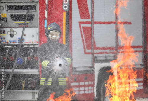 Photo firefighter with helmet and uniform in action