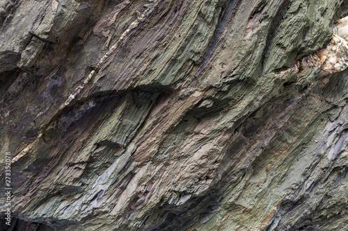 Tela Textura da superfície da rocha natural, onde se podem ver as camadas de rocha e os cristais formados ao longo do tempo